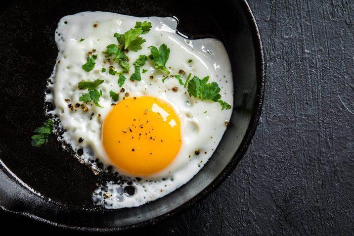 Excès alimentaires : résistez avec un œuf.