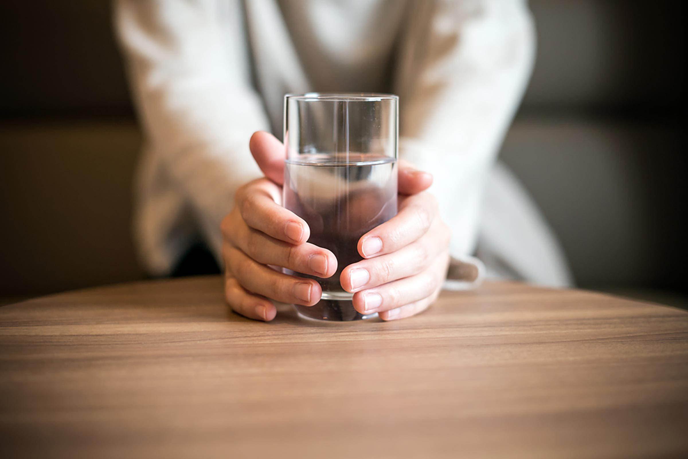 Excès alimentaires : hydratez-vous pour résister.