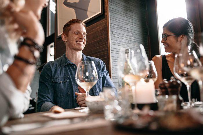 Excès alimentaires : socialisez au lieu de grignoter.