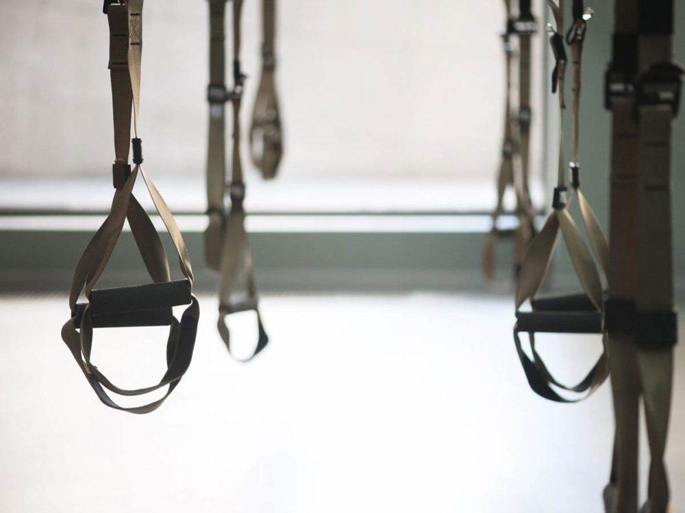 Les exercices TRX se font avec des sangles, chez soi ou au gym.
