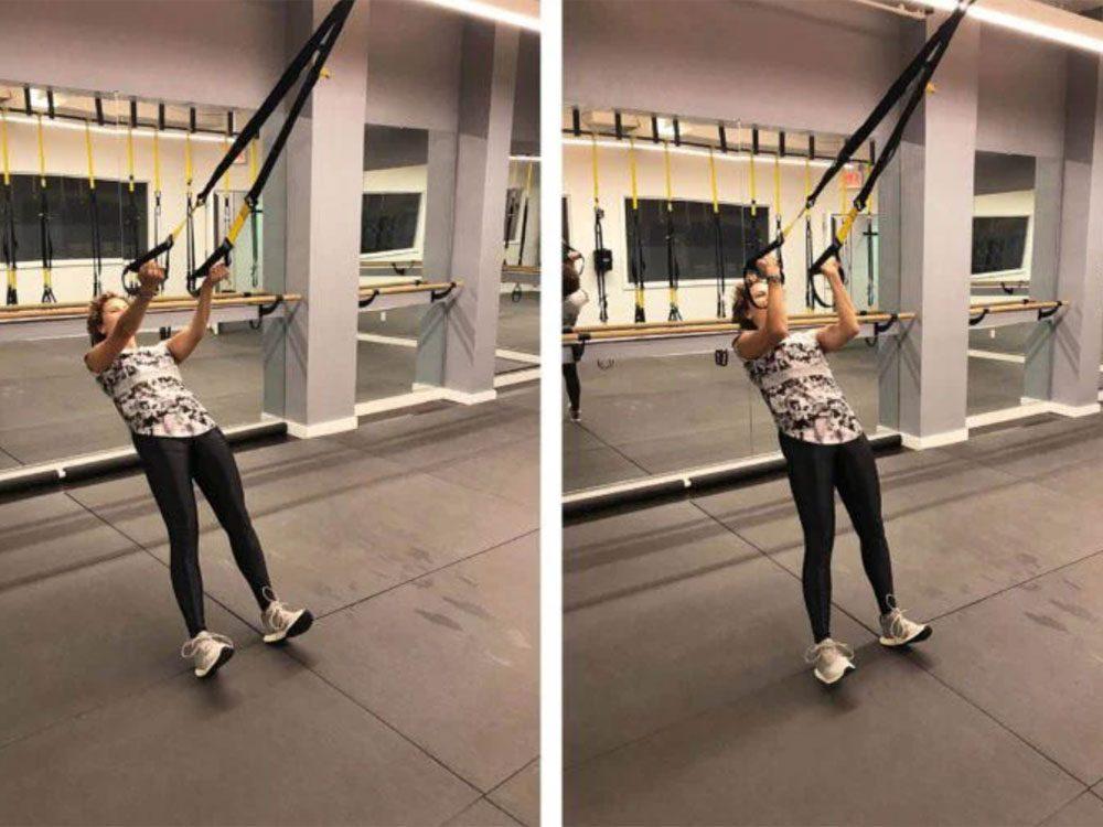 La flexion des biceps est l'un des exercices TRX que vous devriez essayer.