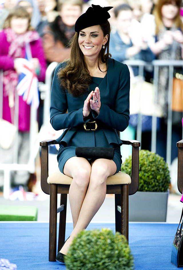 La famille royale doit s'asseoir convenablement.