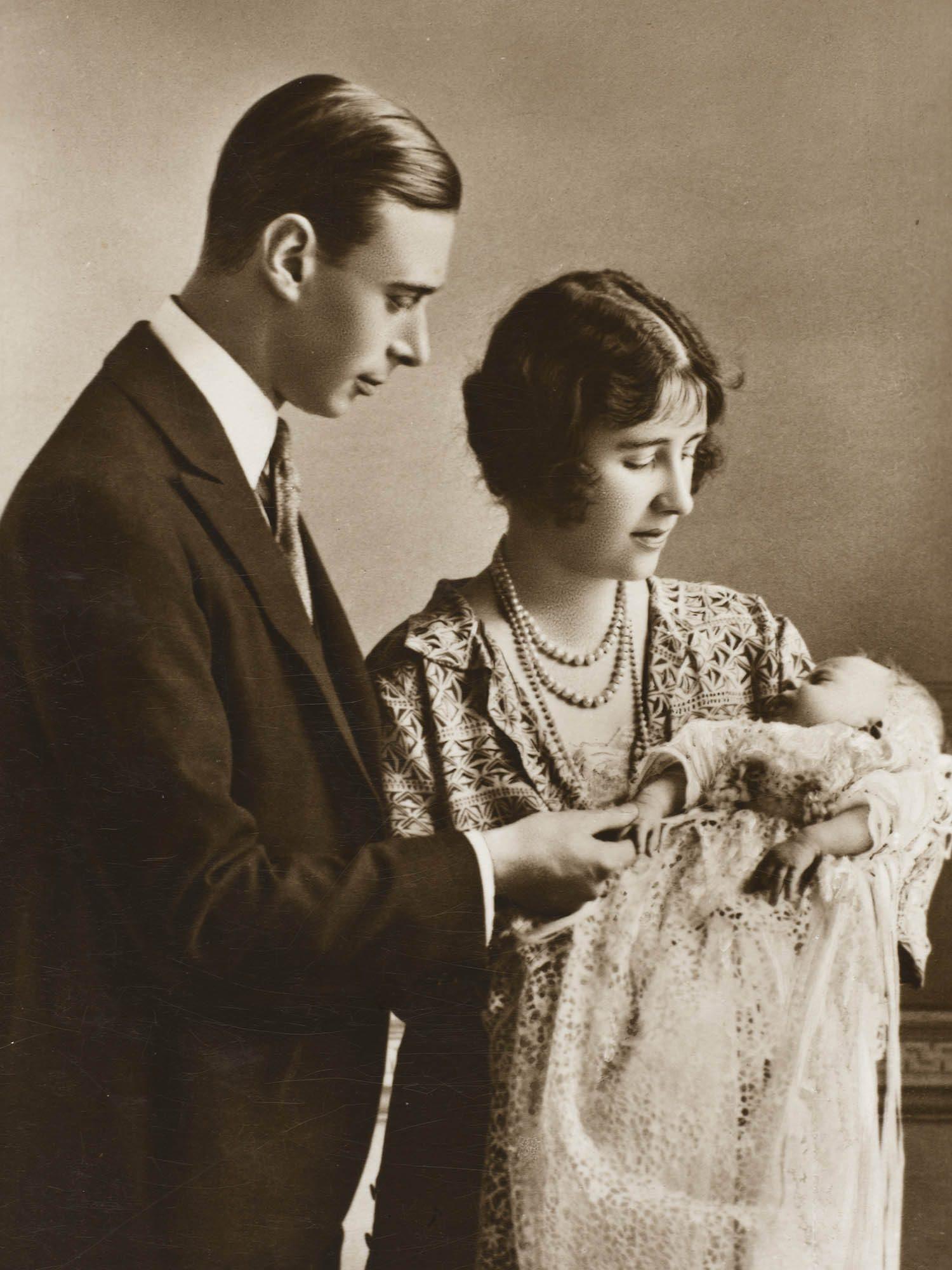 Famille royale : photo du bébé Élisabeth et ses parents.