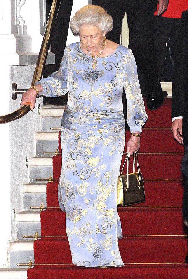 La famille royale doit descendre les escaliers gracieusement.