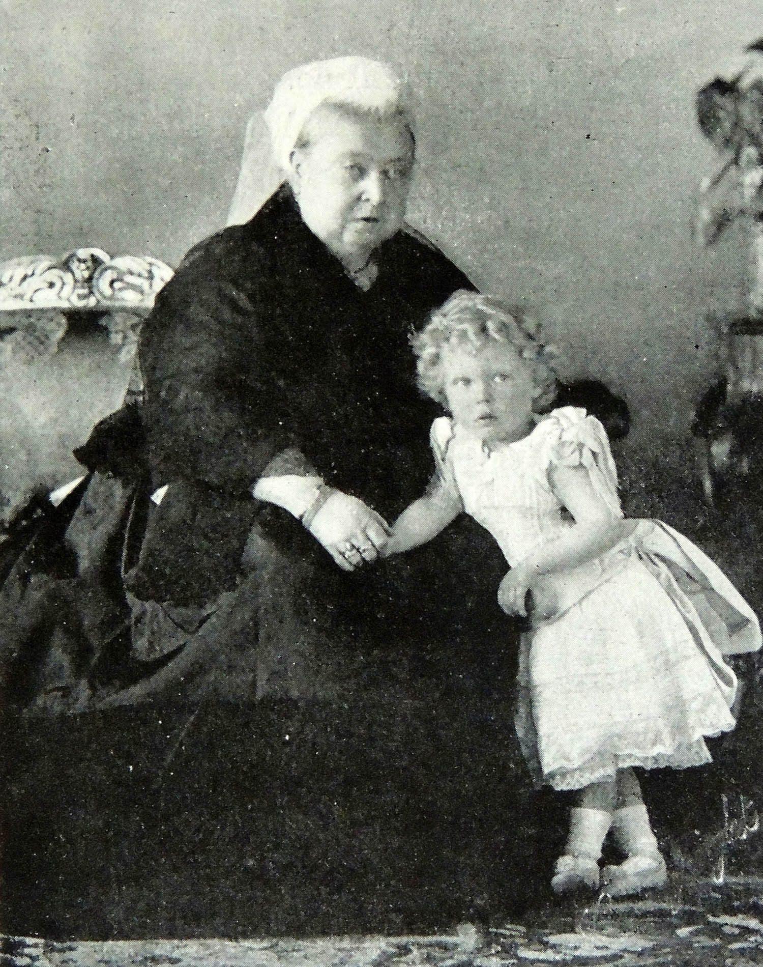 Famille royale : photo du futur (et maintenant feu) roi Édouard VIII et son arrière-grand-mère Victoria.