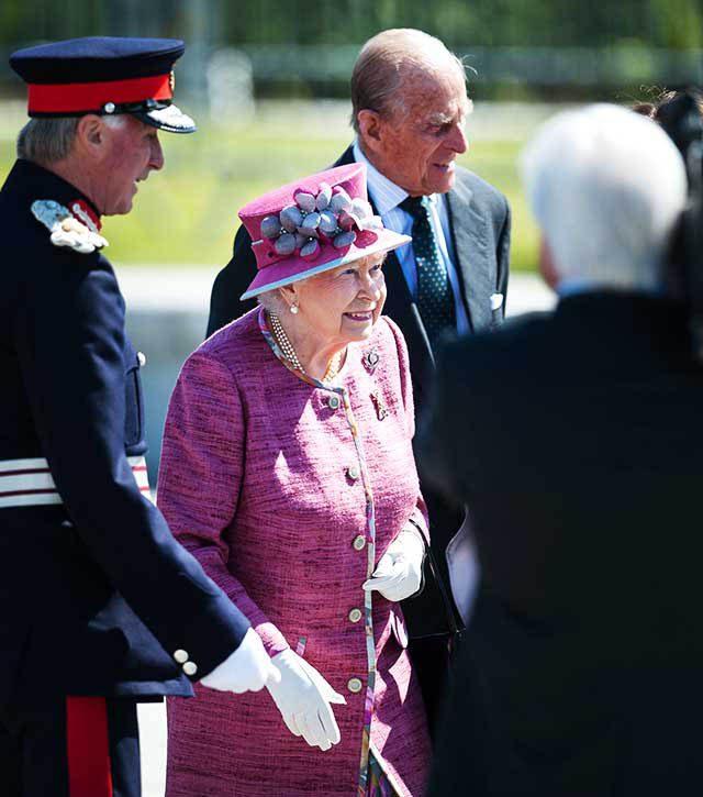 La famille royale doit entrer dans une pièce selon l'ordre de préséance.