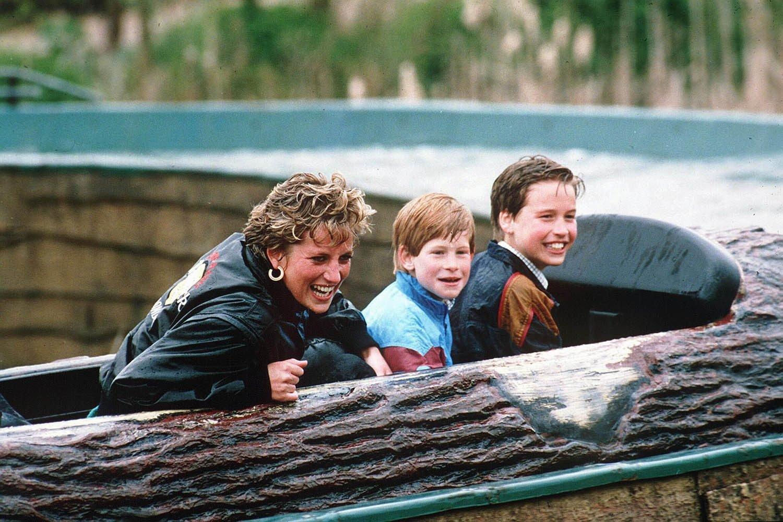 Famille royale : photo de Diana et ses enfants au parc aquatique.