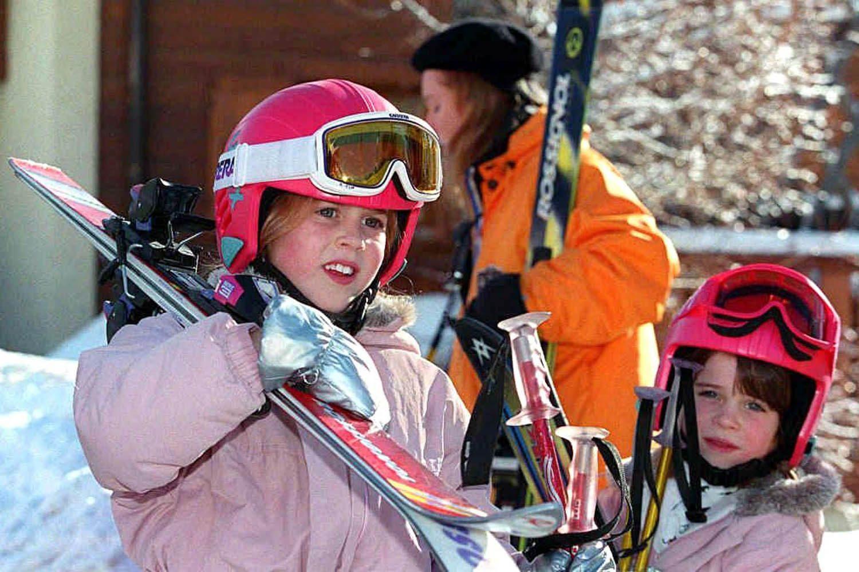 Famille royale : photo des princesses Béatrice et Eugénie au ski.