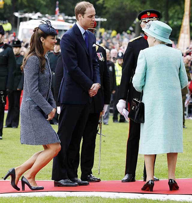 La famille royale doivent faire des révérences subtiles.