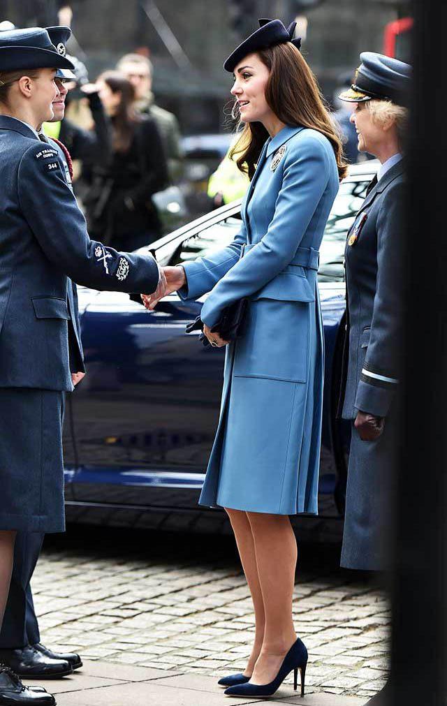 La famille royale doit maîtriser l'art de serrer des mains.