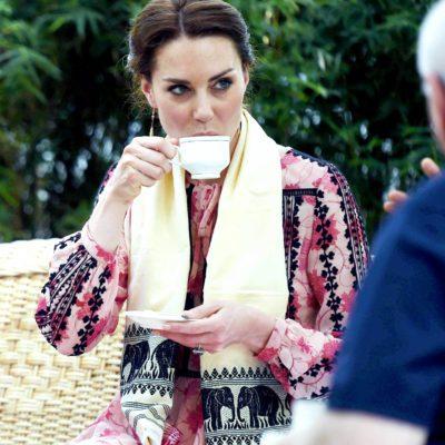 La famille royale doit savoir tenir sa tasse de thé correctement.