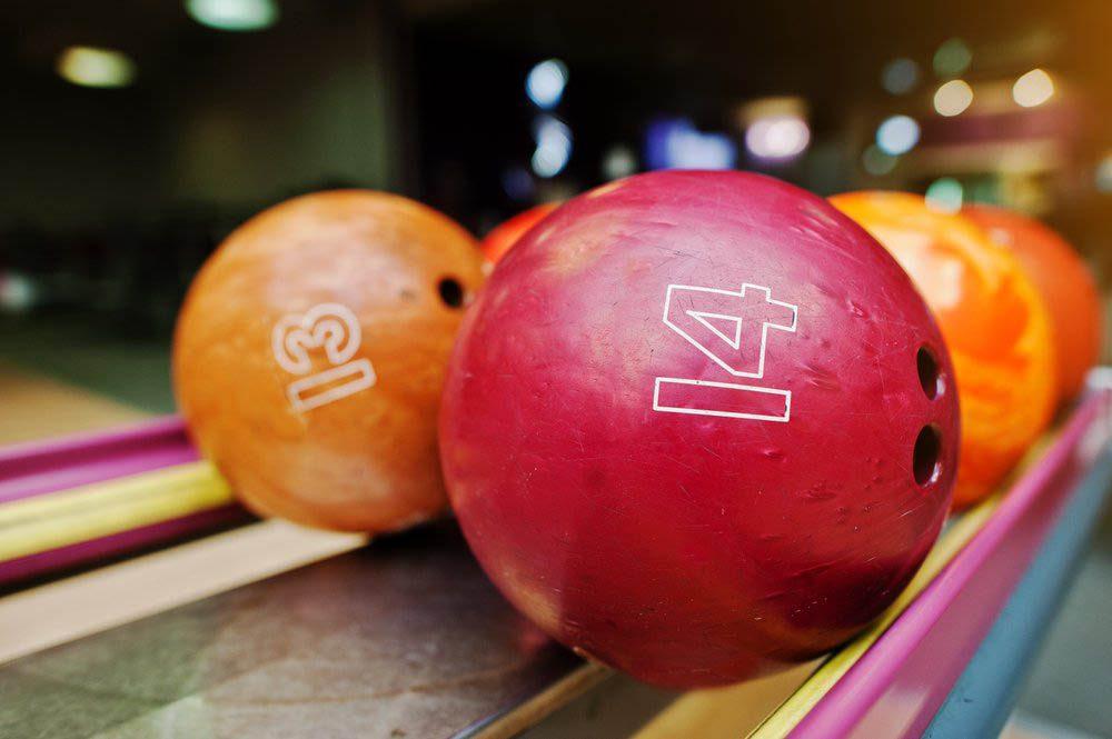 Dans un garage, un mécanicien retrouve une boule de bowling à l'origine de bruits étranges.