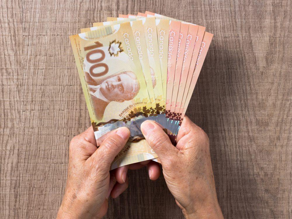 Dans un garage, un mécanicien découvre un sac de billets de banque.