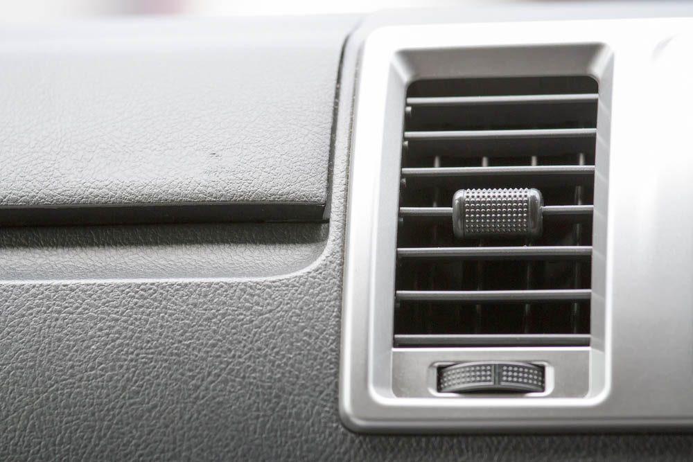 Dans un garage, un client se plaint d'entendre un homme rire dès qu'il allume le moteur.