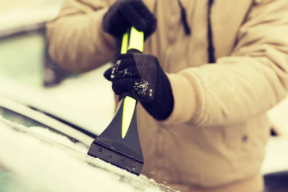 Évitez de gratter la glace de votre pare-brise grâce à cette astuce.
