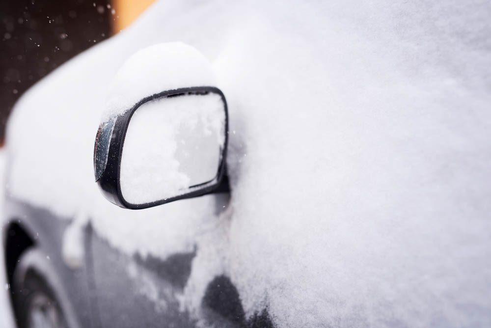 Évitez que vos rétroviseurs soient couverts de glace.