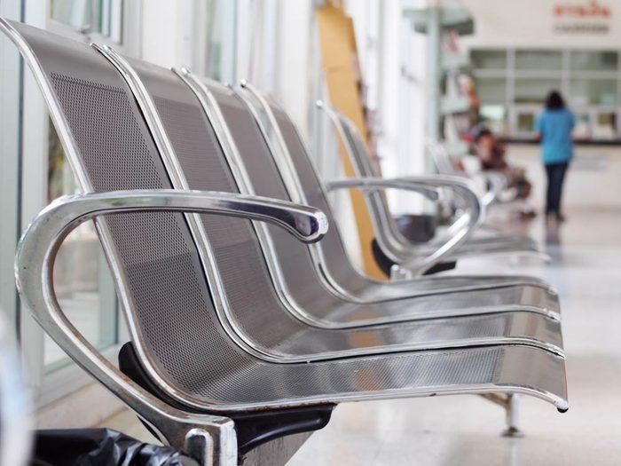 À l'hôpital, ne touchez pas les accoudoirs des fauteuils de visiteurs.