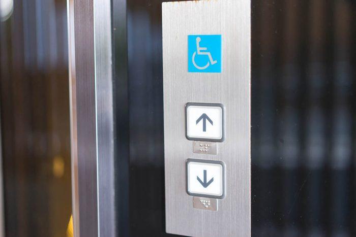 À l'hôpital, désinfectez-vous les mains après avoir touché les boutons d'ascenseur.