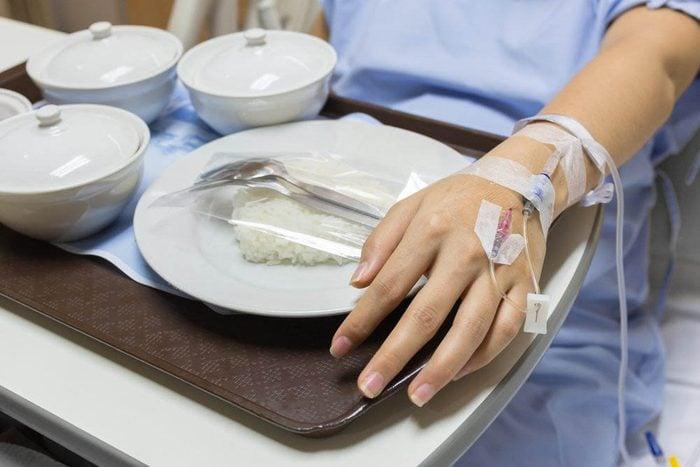 À l'hôpital, ne touchez pas les chariots de lit.