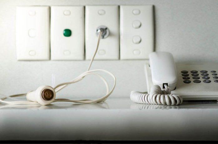 À l'hôpital, évitez de toucher au téléphone.