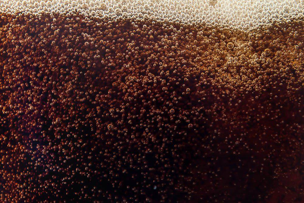 Les dents sont abîmées par le sucre contenu dans les soda.