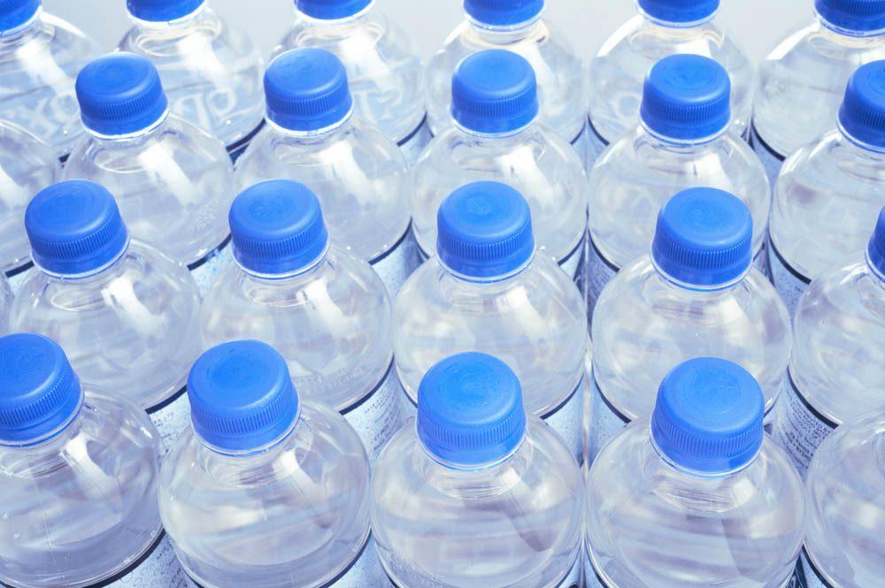 Les dents sont sensibilisées par l'eau en bouteille.