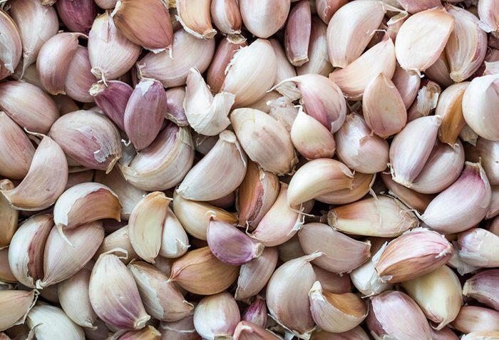 Manger cru de l'ail vous aide à combattre les maladies cardiovasculaires.