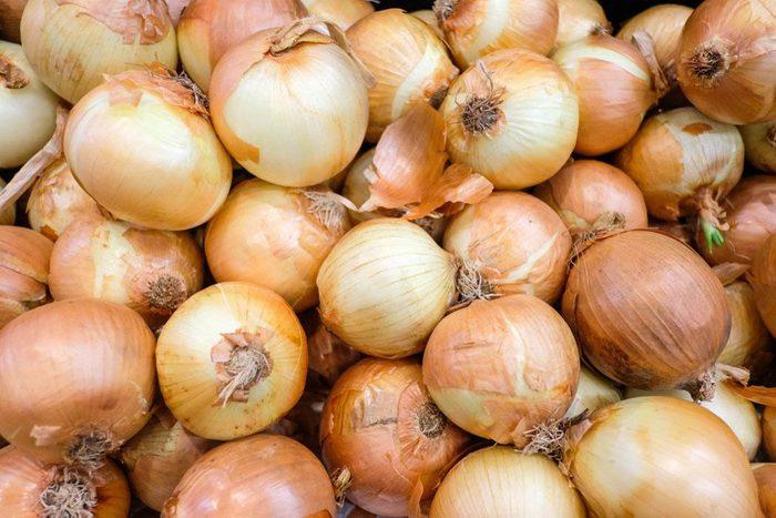Manger cru des oignons aide à lutter contre le cancer.