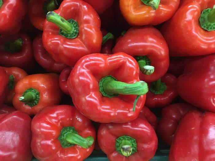 Manger crus des poivrons rouges vous apporte plus de vertus que si vous les mangez cuits.