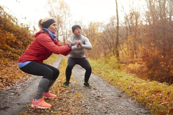 Mise en forme après 50 ans : les squats aident à renforcer le bas du corps.