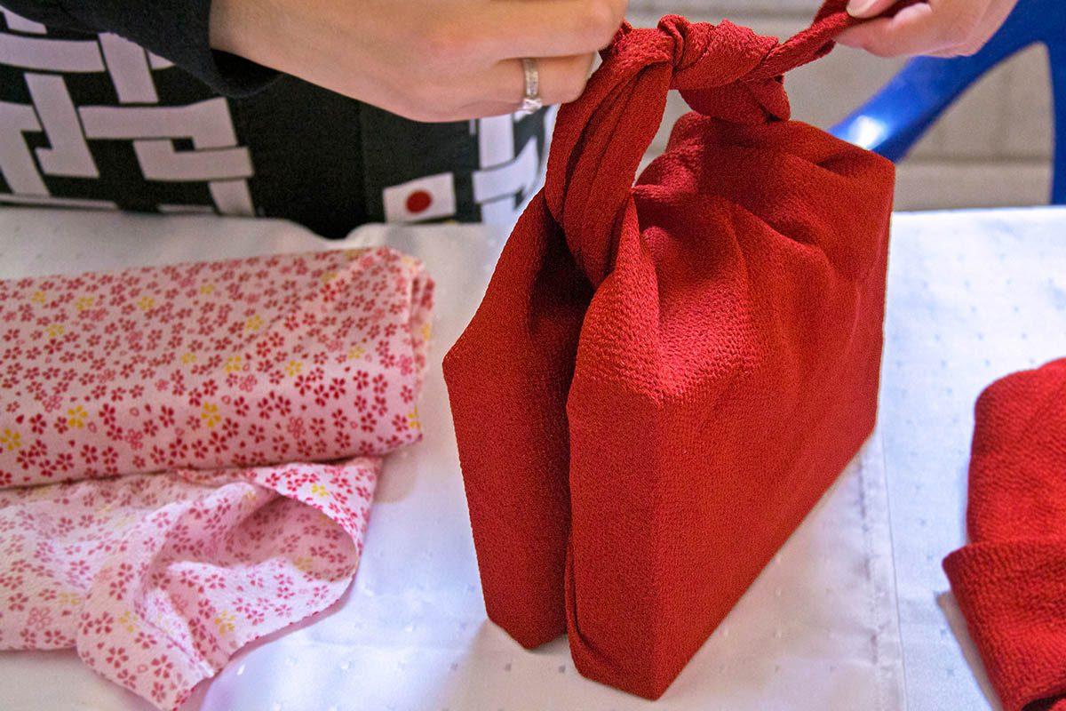 Pour un Noël zéro déchet, découvrez le « furoshiki ».
