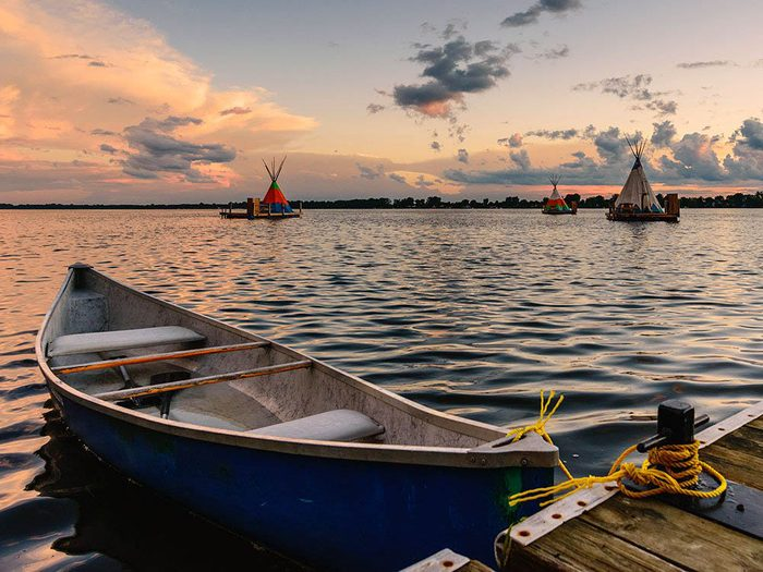 Passez une nuit au Québec dans un tipi flottant.