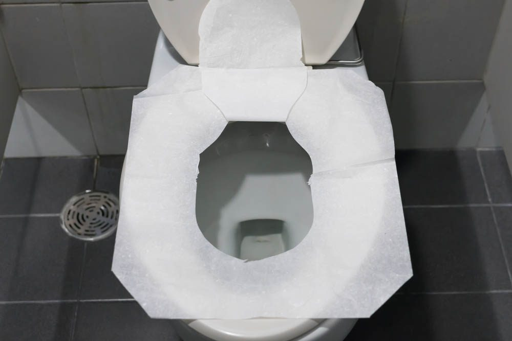 Objet du quotidien mal utilisé : le couvre-siège jetable pour toilette.