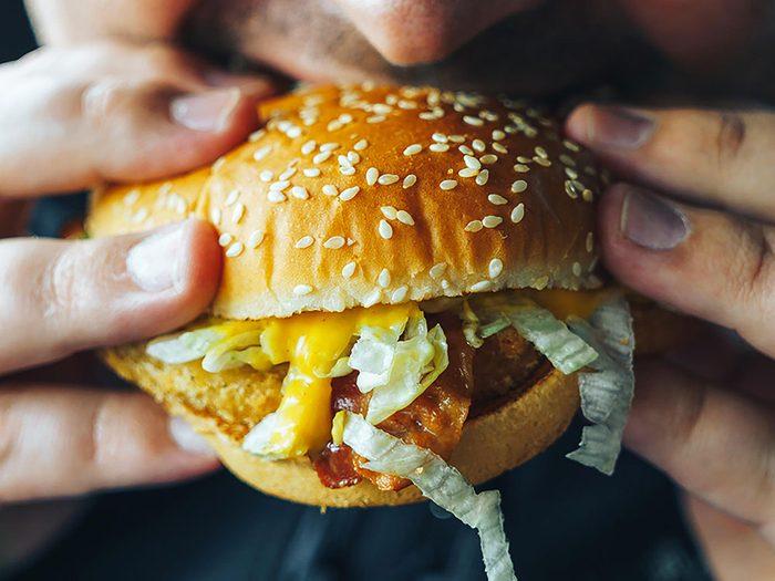 Manger trop vite fait prendre du poids.