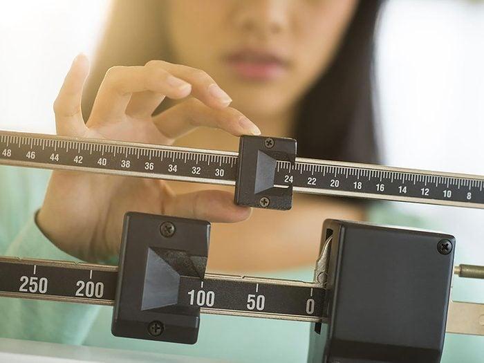 Pesez-vous tous les jours pour vous aider à perdre du poids.