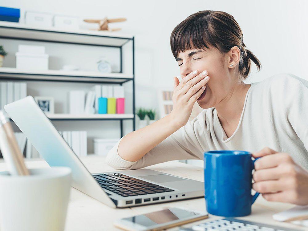 Le manque de sommeil fait manger davantage et vous fait prendre du poids.
