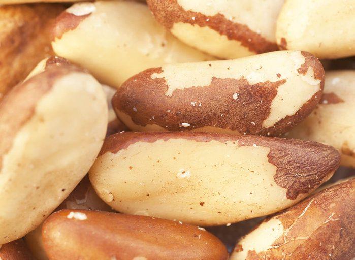 Pour prévenir le cancer, mangez des noix du Brésil.
