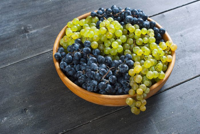 Pour prévenir le cancer, mangez des raisins rouges en collation.