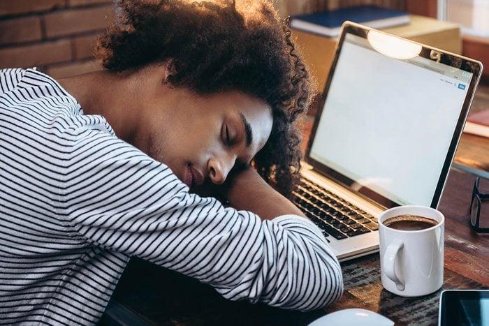 Un problème de thyroïde peut fatiguer au point d'avoir besoin d'une sieste.