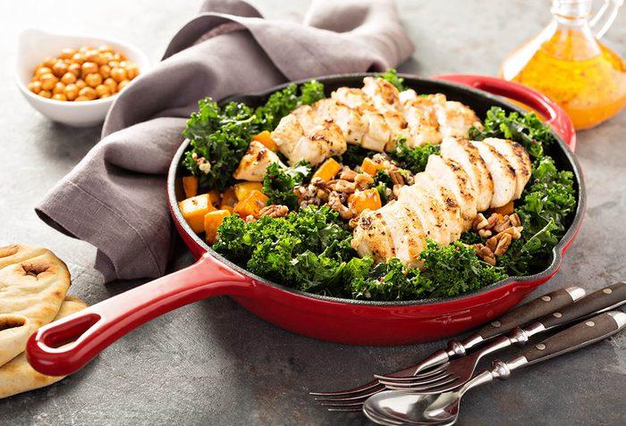 Recette de kale : le chou frisé accompagne très bien les sautés.