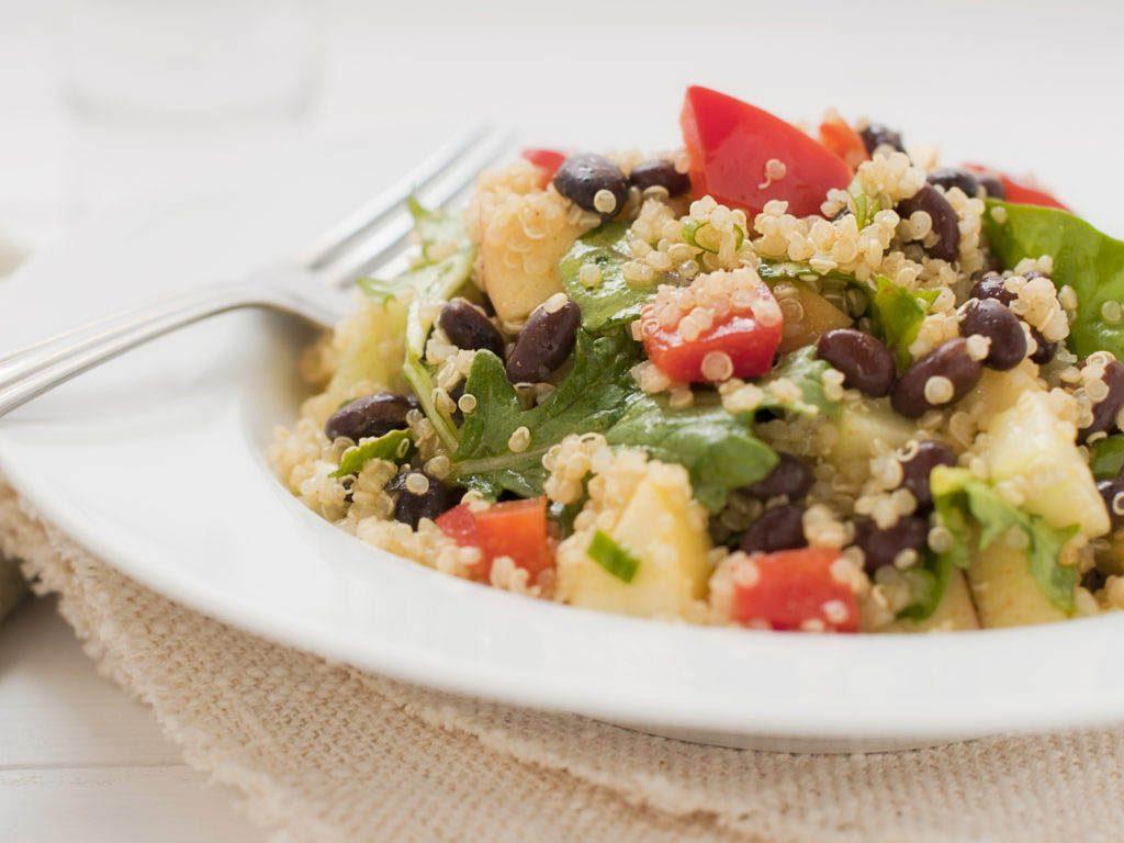 Recette de kale : bol de légumes et kale rôtis accompagné d'haricotsnoirs
