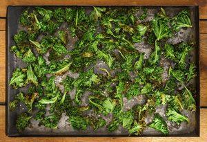 Croustilles de chou frisé accompagnées de sauce tahini, noix et raisins