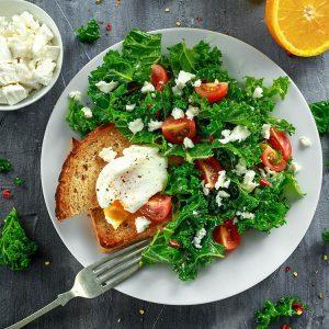 Œufs pochés et chou kale pour un délicieux déjeuner santé