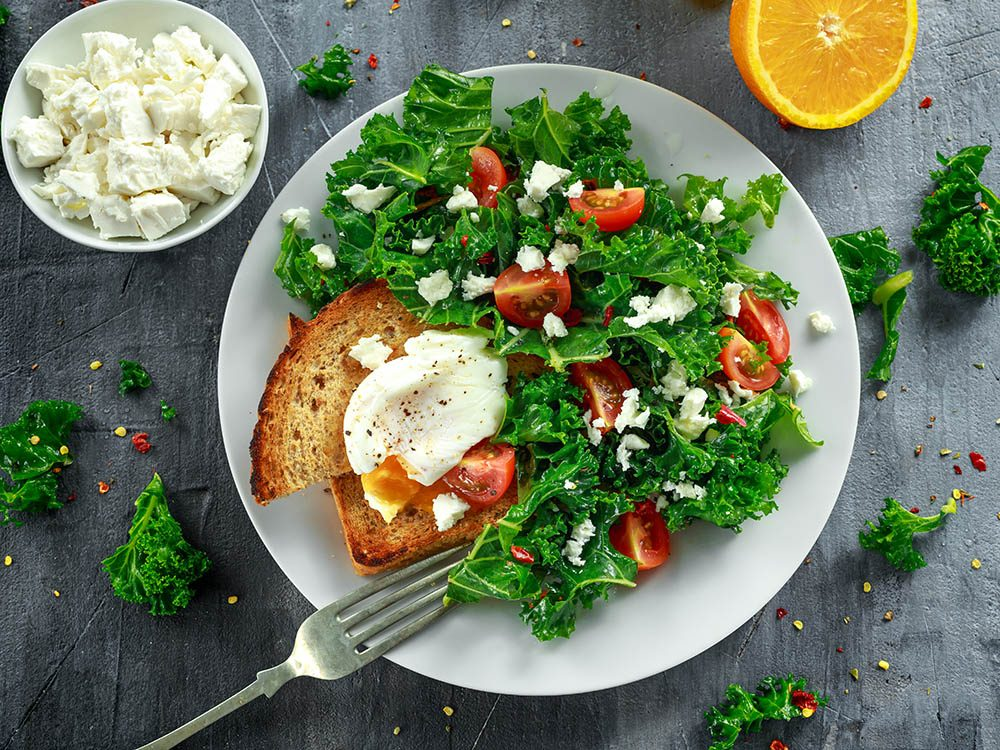 Recette de kale et oeufs pochés pour un délicieux déjeuner santé.