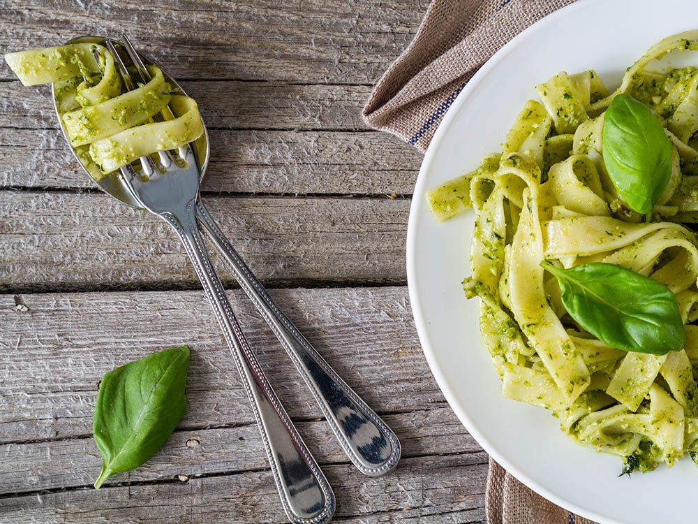 Recette de kale : ajoutez-le à du pesto pour en faire une sauce.
