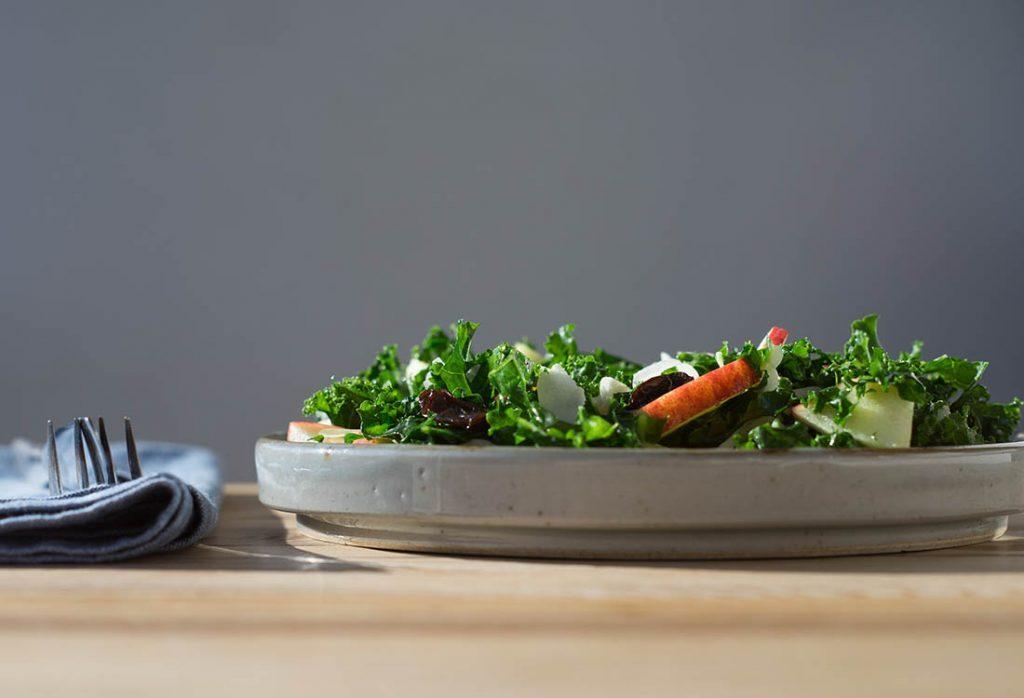 Recette de kale accompagné de poire grillée et fromage de chèvre.