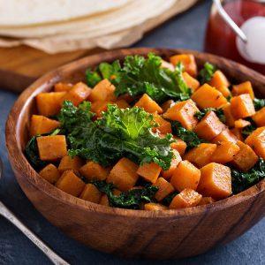 Salade tiède à la patate douce et au chou frisé