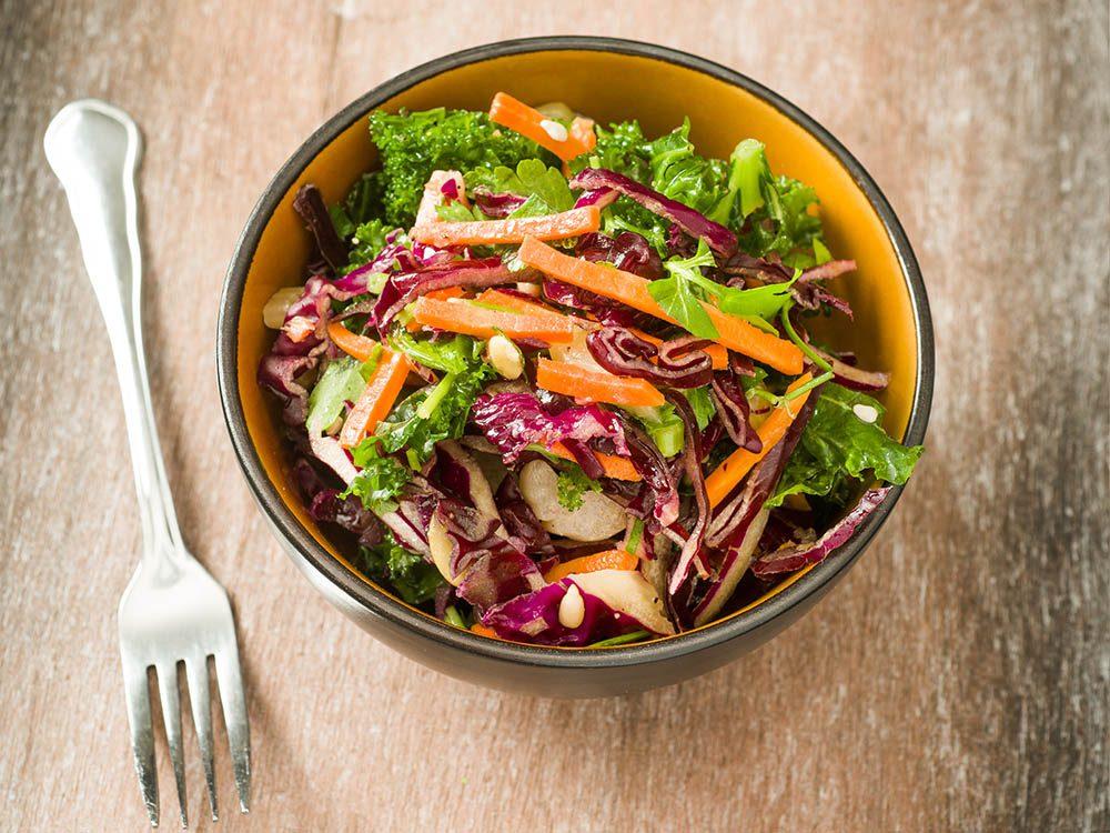 Recette de kale : une salade de chou frisé accompagnée de radis.
