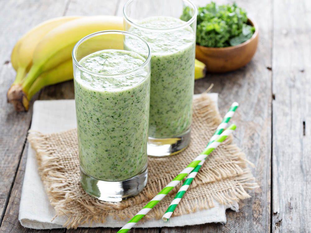 Recette de kale : buvez le en smoothie avec de la banane et de l'avocat.