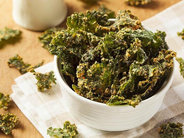 Recette de kale : faites griller quelques feuilles pour en faire des croustilles.